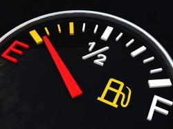 رانندگی با چراغ روشن بنزین چه آسیبهایی به خودرو میزند؟