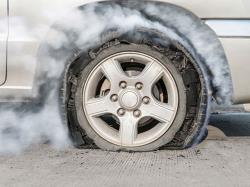 هنگام ترکیدن لاستیک خودرو، مناسب ترین واکنش چیست؟