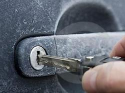 تمام روشهای حل مشکل یخ زدگی قفل خودرو که باید بدانید